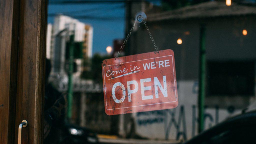cartello di un negozio aperto