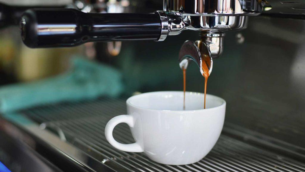 foto di una tazzina di caffè preparata in un bar
