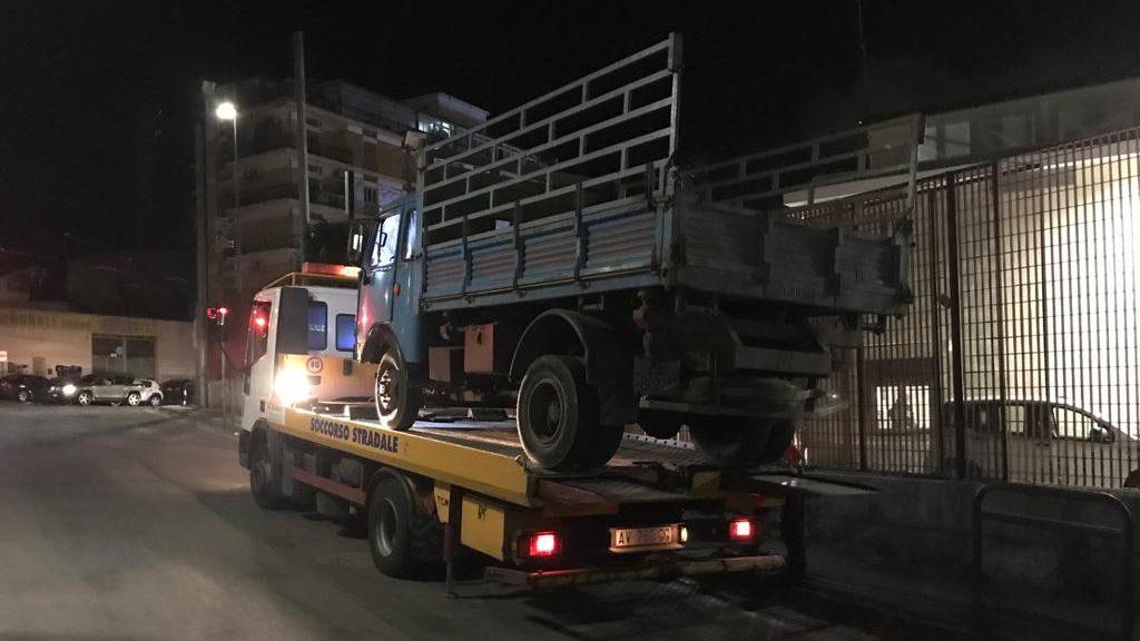 camion sequestrato usato per trasportare e scaricare materiale inerte nel torrente san filippo di Messina