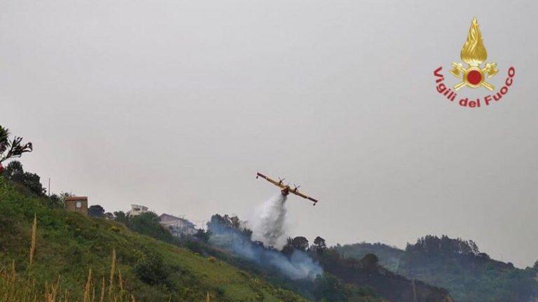 i vigili del fuoco spengono gli incendi di spadafora e della provincia tirrenica di messina