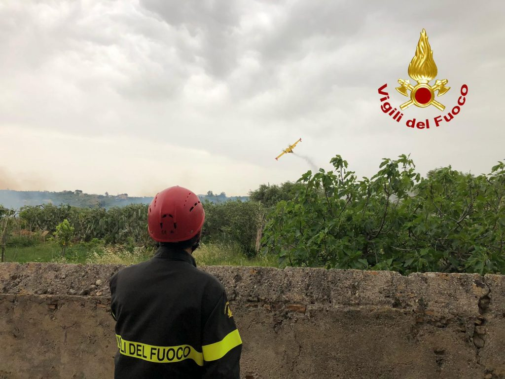 incendio spadafora, l'intervento dei vigili del fuoco di messina