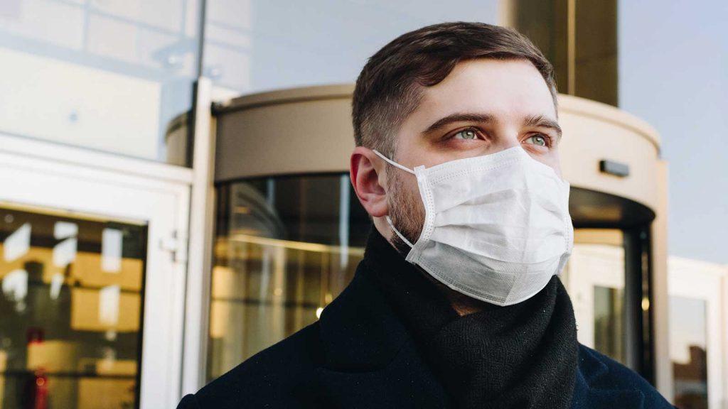 foto di un ragazzo che indossa una mascherina protettiva contro il coronavirus