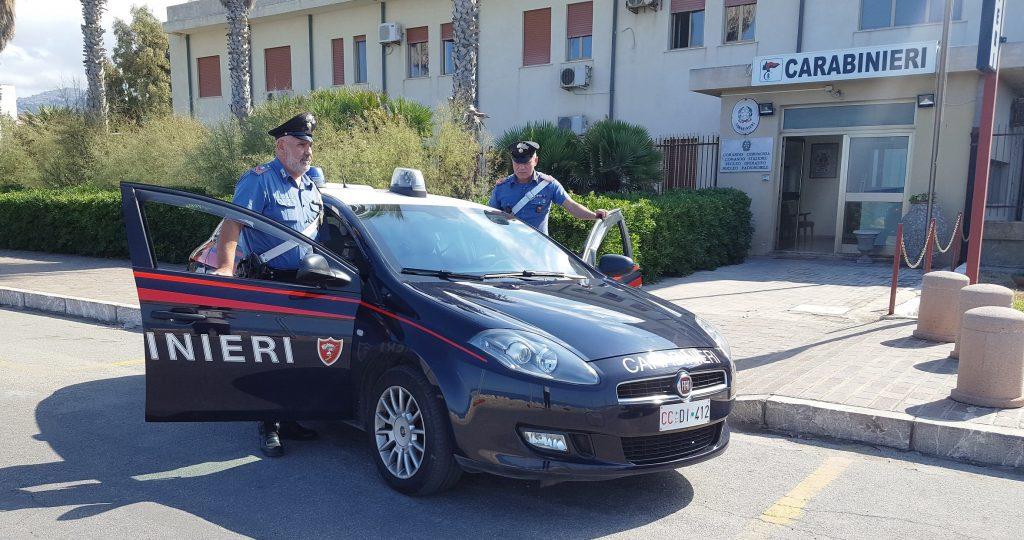 foto di una volante dei carabinieri di Sant'Agata di Militello, in provincia di Messina