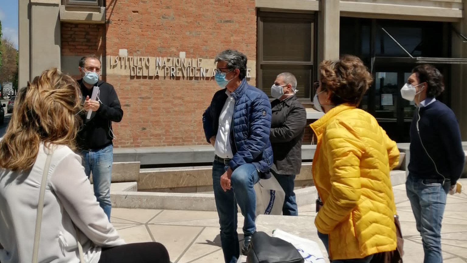 la protesta degli operatori dello spettacolo di Messina di fronte alla sede inps all'inizio della fase 2 della lotta al coronavirus