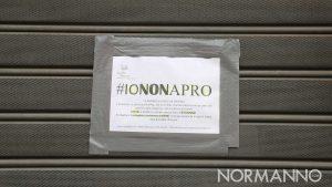 foto di una saracinesca abbassata con l'hashtag #iononapro a causa del coronavirus