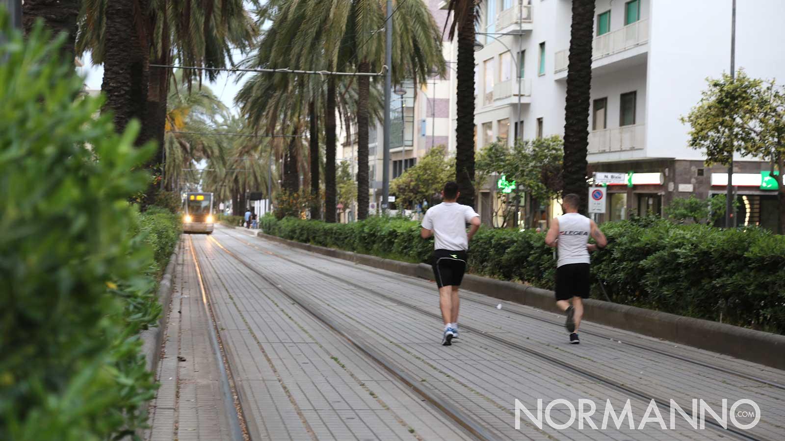 persone che corrono nella corsia del tram a messina