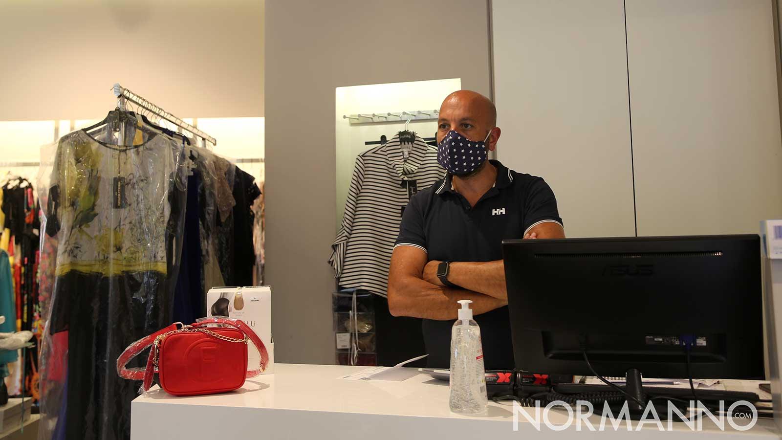 negozio di abbigliamento riaperto durante la fase 2 della lotta al coronavirus