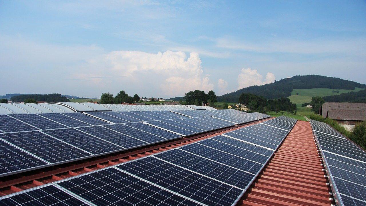 foto di pannelli solari sul tetto di una casa
