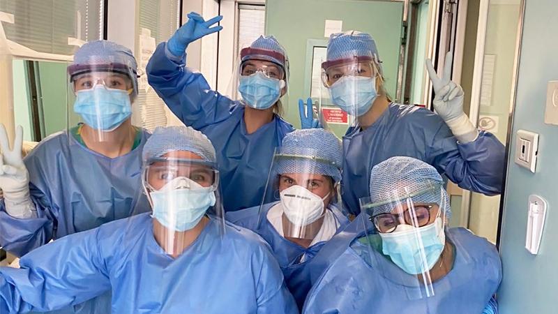 foto del personale di un ospedale che indossa visiere protettive create tramite air factories