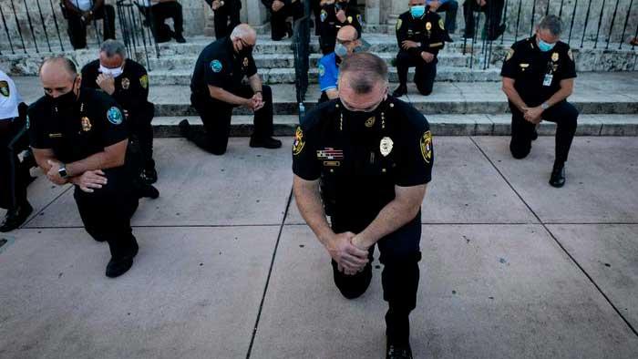 belle notizie da messina e dal mondo: poliziotti inginocchiati in omaggio a George Floyd