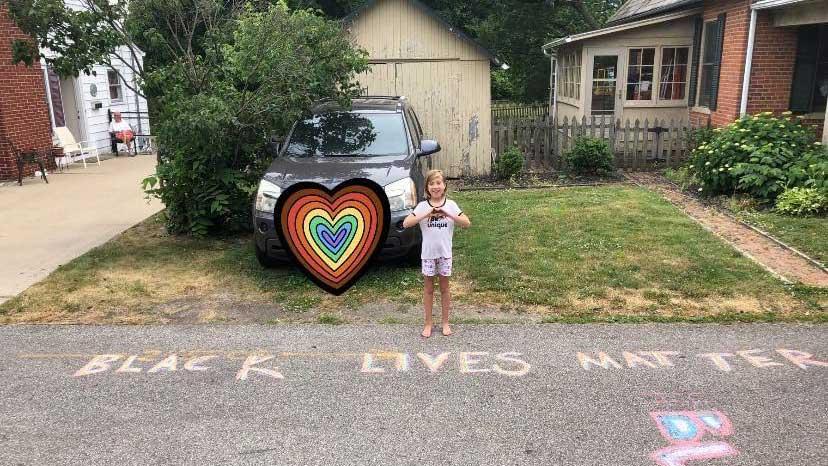 foto di una bambina di 9 anni che ha scritto con i gessetti black lives matter sull'asfalto