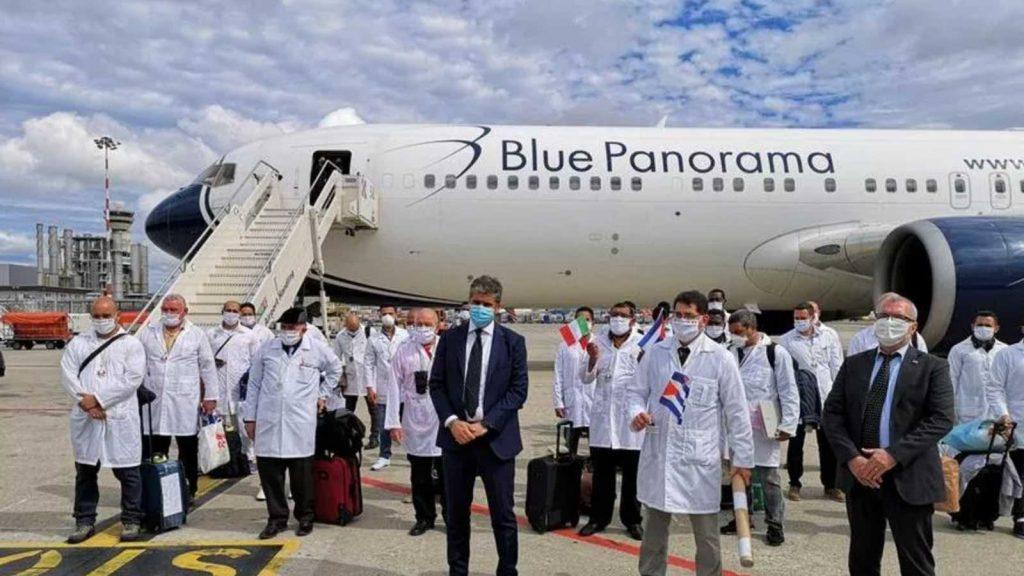 belle notizie: medici e infermieri di Cuba che hanno aiutato con il coronavirus in italia tornano a casa e vengono accolti da una folla festante