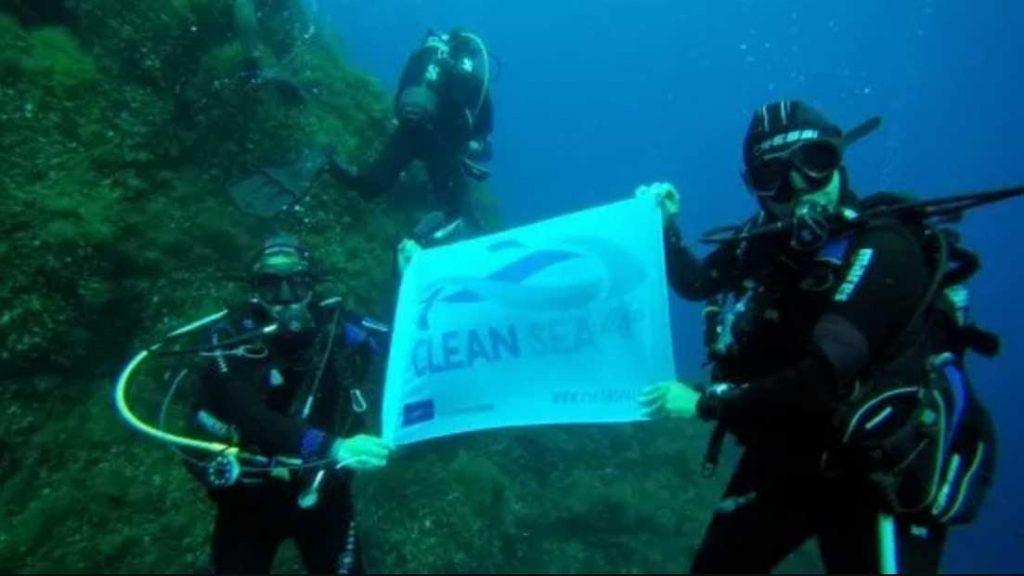operazione spazzamare per la pulizia degli oceani dai rifiuti
