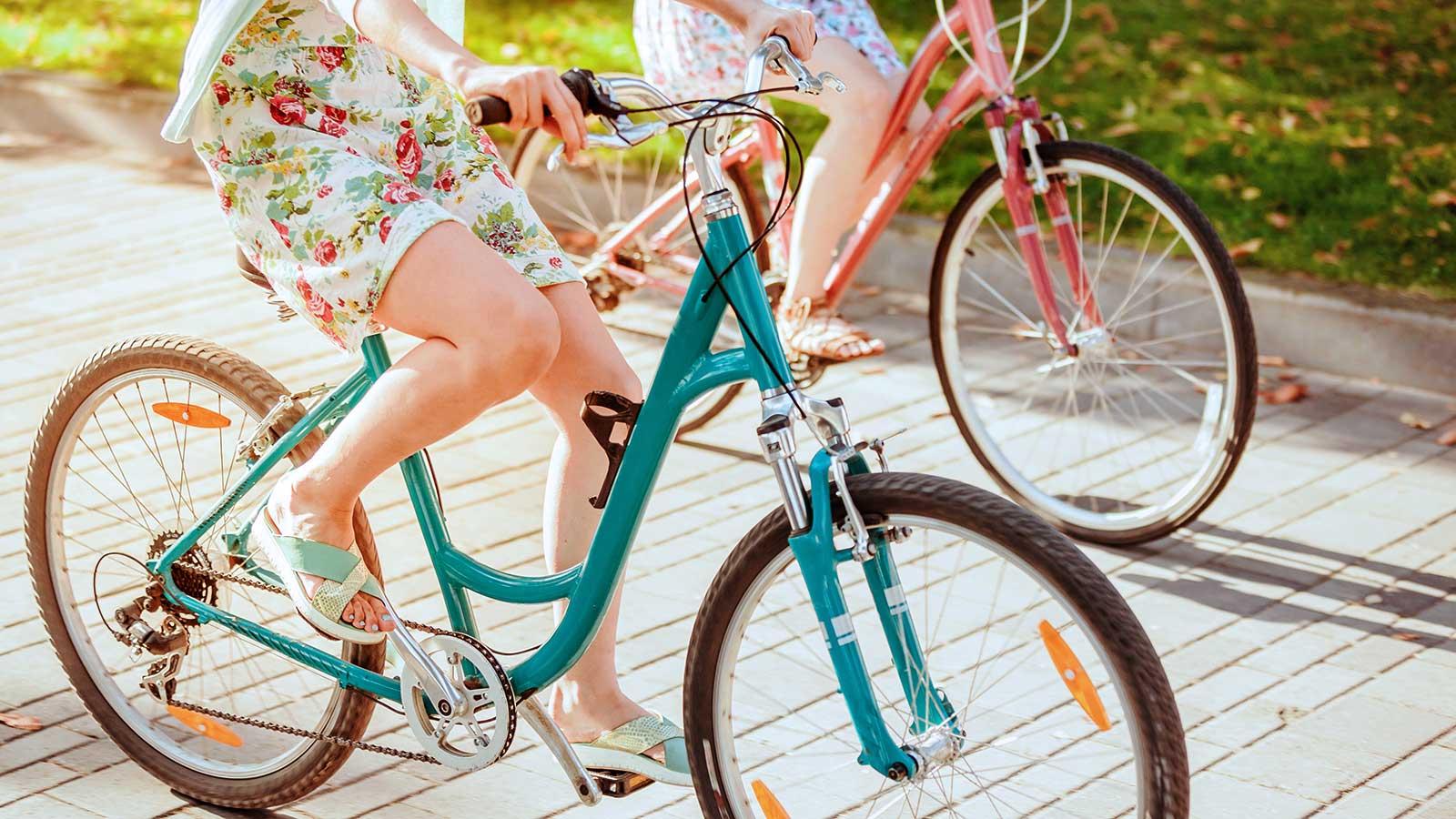 foto di due ragazze in bicicletta
