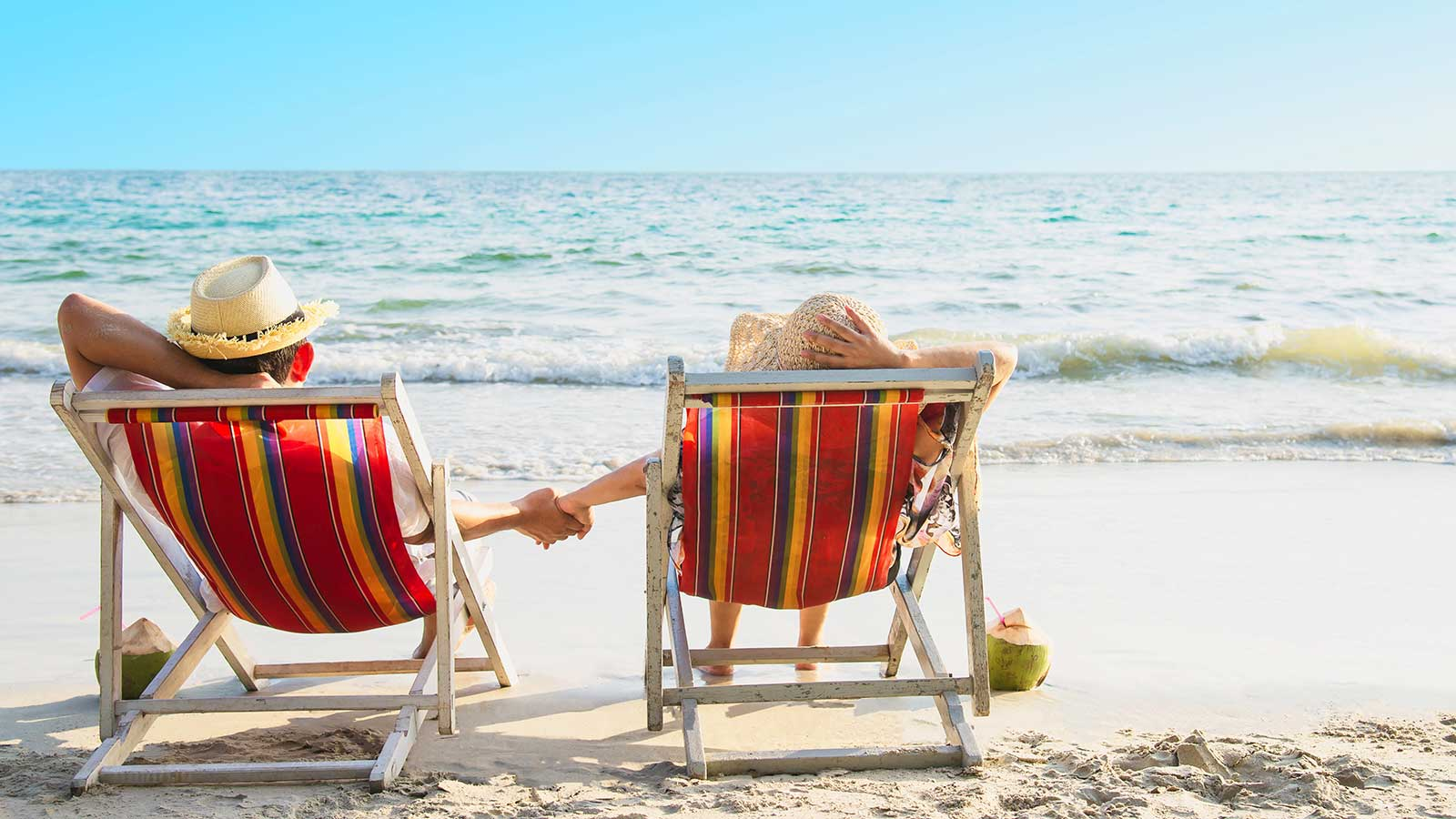 bonus vacanze 2020: foto di due persone in spiaggia in estate