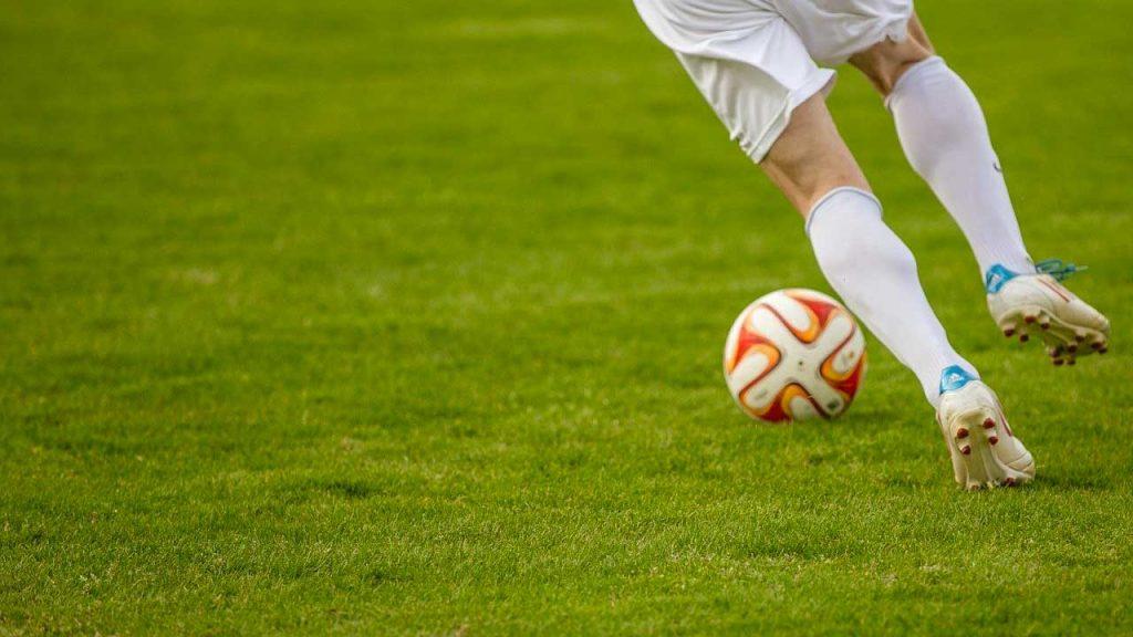 persona che gioca a calcio