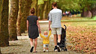 foto di una famiglia, madre, padre e bambino