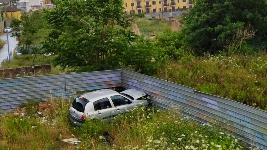 auto abbandonata nel degrado di fondo de pasquale, nel rione san matteo a giostra, a messina