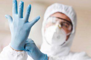foto di un medico o infermiere che indossa i guanti