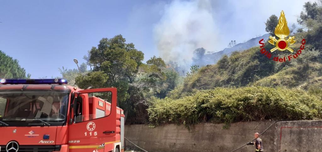 vigili del fuoco domano l'incendio a Camaro San Paolo
