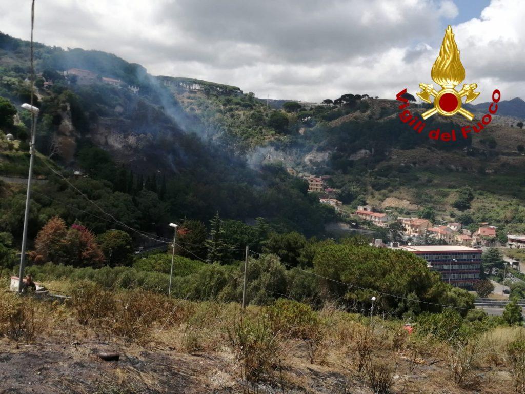 incendio puntale arena a Messina, intervento dei vigili del fuoco