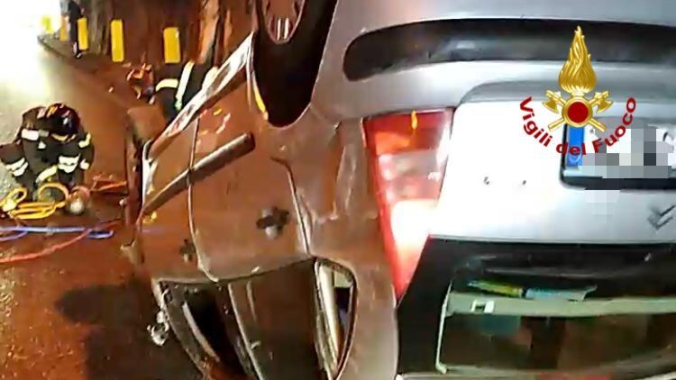 foto di un'auto ribaltata a seguito di un incidente sull'autostrada A20 Messina Palermo, nella Galleria tra gli svincoli di Messina Centro e Boccetta
