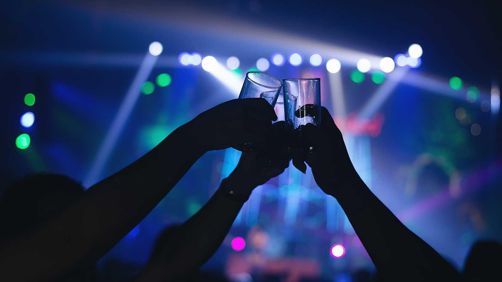 foto di persone che brindano in discoteca simboleggiante la movida notturna di messina