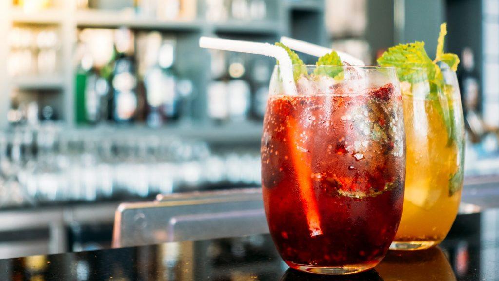 foto di due cocktail al banco di un locale o bar