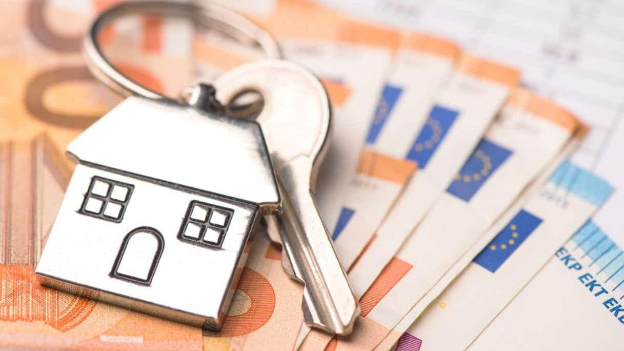 foto di un portachiavi a forma di casa e soldi, simboleggiante il contributo o rimborso per affitto a messina