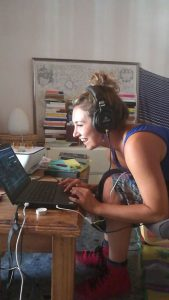 Rosy trasmette su radio antidoto