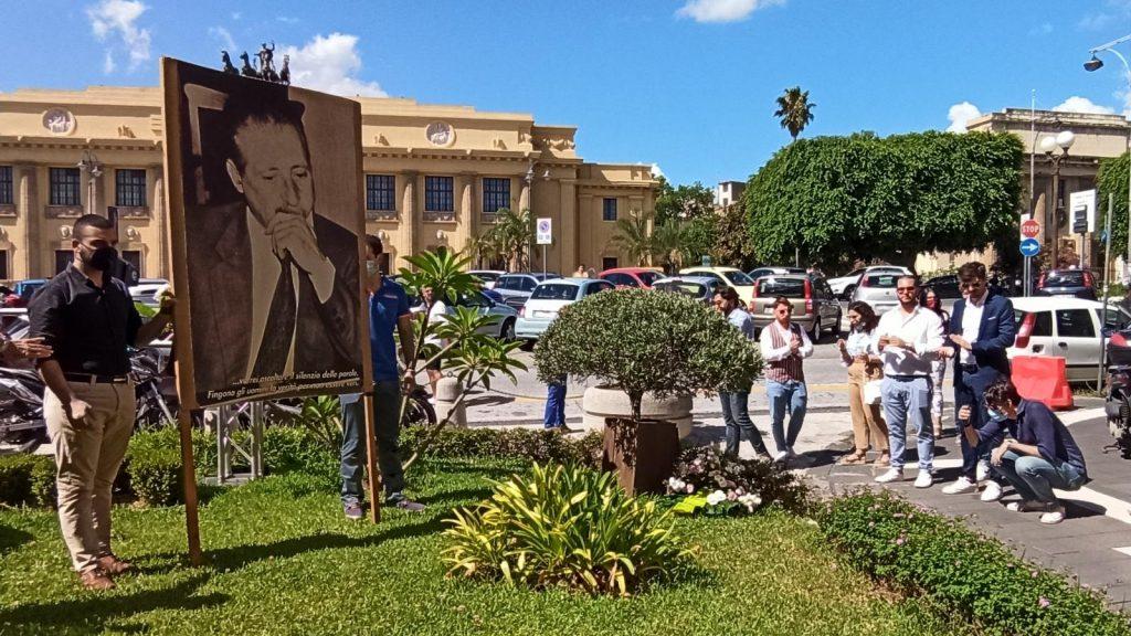 deposizione di una corona di fiori ai piedi dell'albero borsellino in ricordo della strage di via d'amelio di fronte all'università di messina
