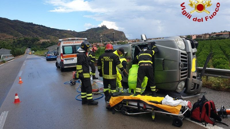 incidente sull'autostrada messina palermo, auto ribaltata