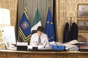 Giuseppe Conte firma il Dpcm del 14 luglio per il contenimento del coronavirus in italia