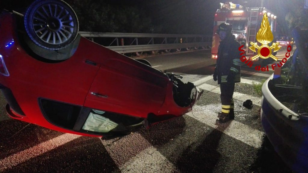 incidente in autostrada a messina: auto si ribalta all'altezza di villafranca sulla a20 messina palermo