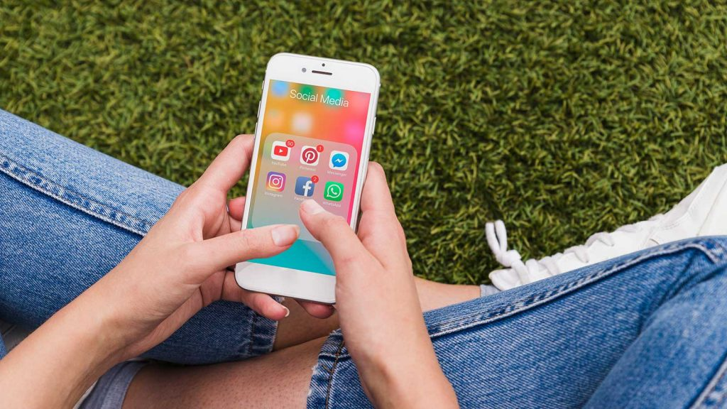 foto di una ragazza con uno smartphone