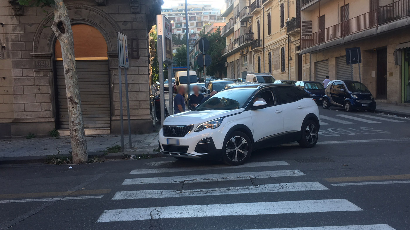 Auto parcheggiata sulle strisce pedonali in via Garibaldi a Messina - Rubrica quattro frecce