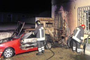 incendio in un parcheggio a valdina in provincia di messina, l'intervento dei vigili del fuoco