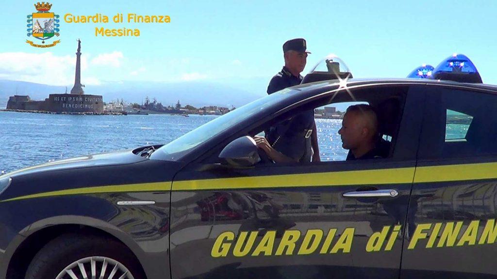 foto della guardia di finanza a messina di fronte alla madonnina