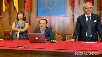 Gli assessori Laura Tringali e Francesco Gallo con il sindaco Cateno De Luca nel Salone delle Bandiere di Palazzo Zanca a Messina