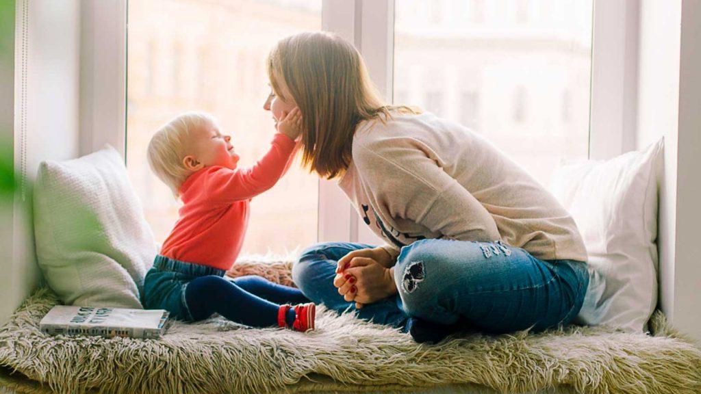 foto di un bambino con una donna