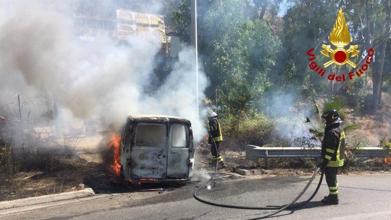 i vigili del fuoco spengono incendio di un furgone a taormina