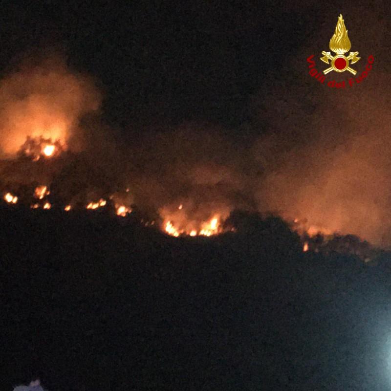 incendio a Piraino, in provincia di Messina