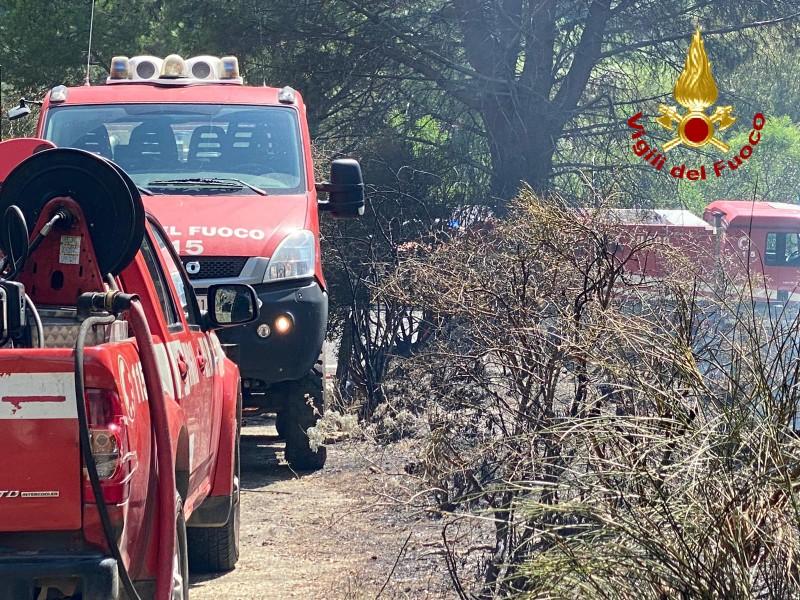 vigili del fuoco intervengono per spegnere un incendio a messina nella zona di salice