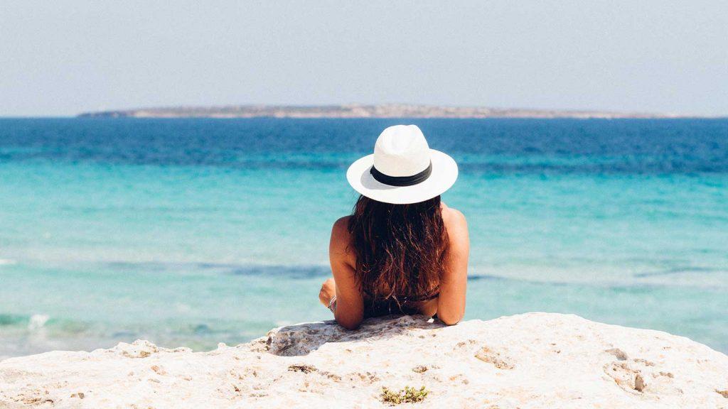 foto di una ragazza sulla spiaggia durante le vacanze estive 2020