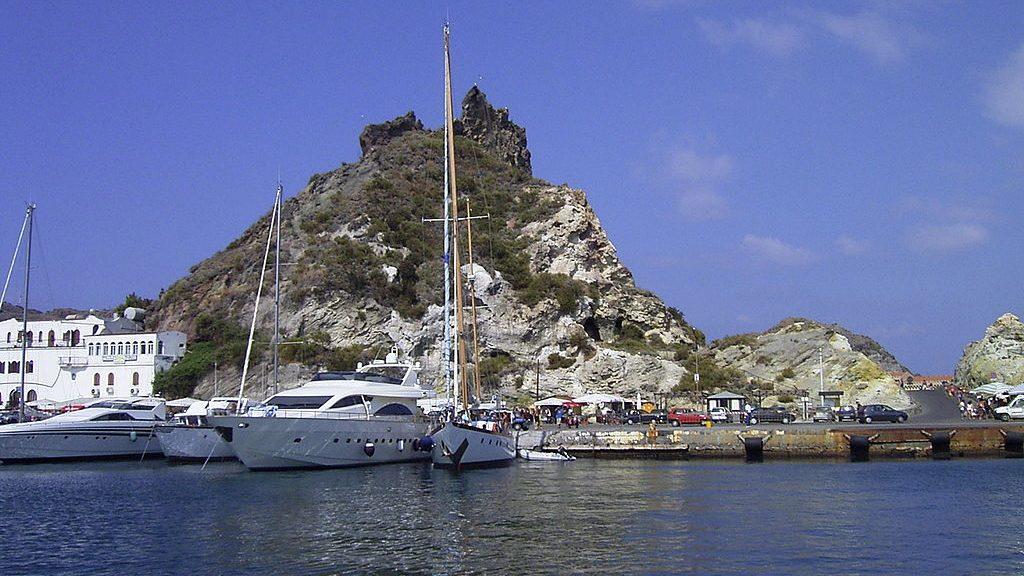 isole eolie, porto di vulcano