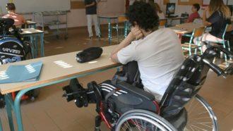 foto di un ragazzo a scuola su una sedia a rotelle