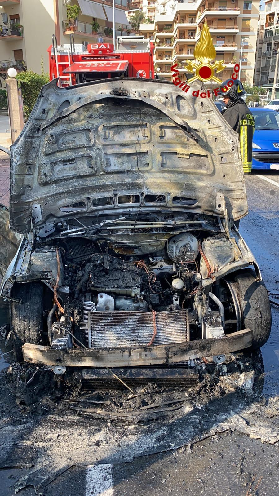 auto in fiamme, incendio sulla panoramica a messina