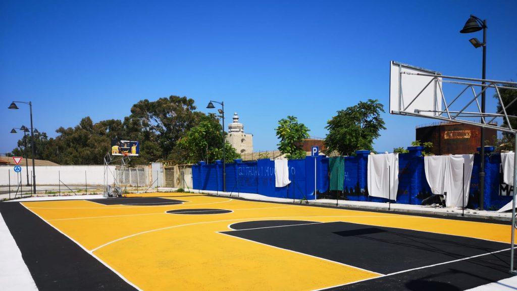 campo da basket donato da renato accorinti a Messina, nella zona falcata, e intitolato a George Floyd