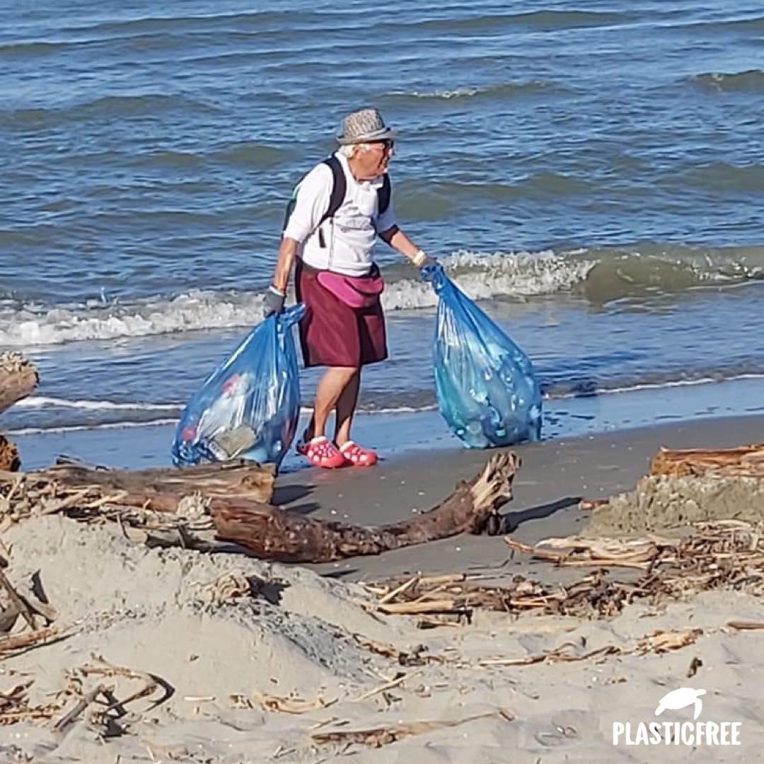 nonno fernando pulisce la spiaggia dai rifiuti