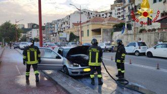 i vigili del fuoco spengono l'incendio che ha coinvolto un'auto a Paradiso, a Messina